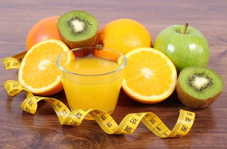 inmunidad: frutas maduras, vaso de jugo y cinta m�trica a bordo, naranja pomelo manzana kiwi, estilos de vida saludable y la nutrici�n inmunidad fortalecimiento
