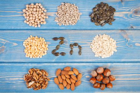 Inscription Zn, des ingrédients ou des produits contenant du zinc et des fibres alimentaires, des sources naturelles de minéraux, mode de vie sain et de la nutrition Banque d'images - 65331657