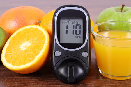 inmunidad: Glucose meter, fresh ripe fruits and glass of juice on wooden board, concept of diabetes, healthy lifestyles nutrition and strengthening immunity