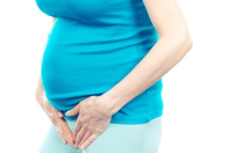 Schwangere Frau mit Händen auf den Bauch, Konzept der Gesundheitsversorgung und Blase Schmerzen oder Blasenentzündung im letzten Trimester der Schwangerschaft Standard-Bild - 73216113