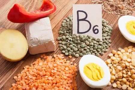 Zutaten oder Produkte, die Vitamin B6 und Ballaststoffe enthalten, natürliche Mineralstoffquellen, gesunde Lebensweise und Ernährung Standard-Bild - 79013386
