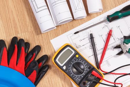 Dibujos o diagramas de construcción eléctrica, multímetro para medición en instalaciones eléctricas y accesorios para uso en trabajos de ingeniería