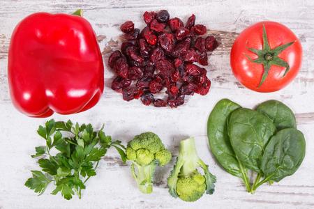 Fruits et légumes comme sources de minéraux contenant de la vitamine C, des fibres alimentaires et des minéraux, une alimentation saine et le renforcement du concept d'immunité Banque d'images - 89977232