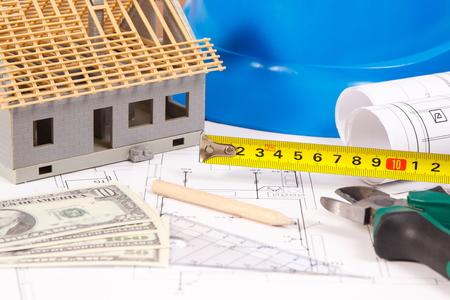 엔지니어 작업, 작은 집 및 통화 달러, 건물 홈 비용 개념에 대 한 전기 건설 드로잉 또는 다이어그램, 작업 도구 및 액세서리