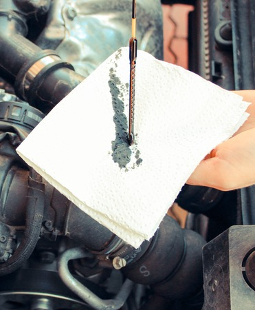 Auto mechanic checking oil level in car engine, technology Stockfoto