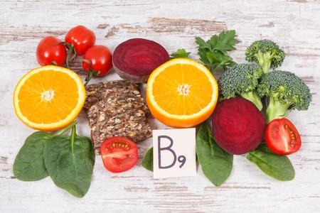 Différents ingrédients nutritifs contenant de la vitamine B9, des fibres alimentaires, des minéraux naturels et de l'acide folique, un concept de nutrition saine