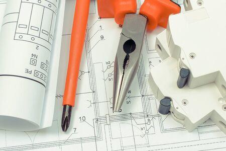 Schaltpläne, elektrische Sicherung und Arbeitswerkzeuge auf der Konstruktionszeichnung des Hauses. Hauskonzept bauen. Zeichnungen für Projekte als Ingenieur Jobs