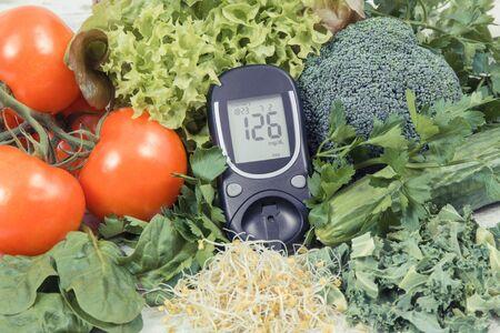 Glucómetro para medir el nivel de azúcar y verduras con brotes como alimento nutritivo saludable durante la diabetes que contiene vitaminas y minerales Foto de archivo