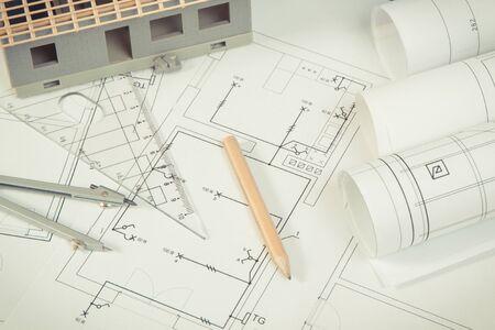 Schémas électriques, accessoires à utiliser dans les travaux d'ingénieur et maison en construction, concept de construction d'une maison