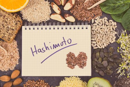 Notepad with inscription hashimoto and best ingredients or products for healthy thyroid. Food as source natural minerals and vitamins Stockfoto