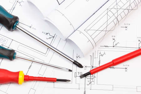 Screwdriver and diagrams of housing plan with electrical installation. Building home concept Banque d'images