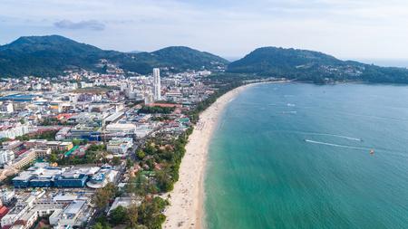 Hoogste mening Patong-strand in Phuket-provincie, zuidelijk van Thailand. Patong-strand is een zeer beroemde toeristenbestemming in Phuket. Luchtfoto van vliegende drone