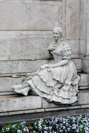 gitana: estatua de mujer gitana