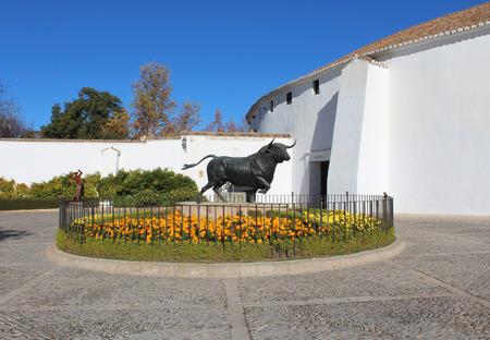 corrida de toros: Foto de la estatua de toro Editorial