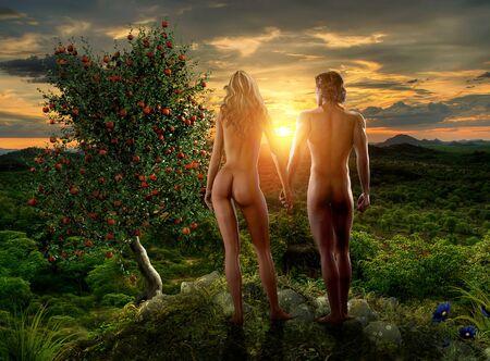Adam und Eva beobachten einen Sonnenuntergang im Paradies Eden neben dem Baum mit der verbotenen Frucht, aus der Geschichte der Bibel Genesis, digitale Malerei mit 3D-Rendering-Elementen