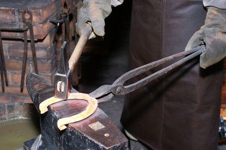 smithy: Il fabbro in un smithy falsifica un ferro di cavallo