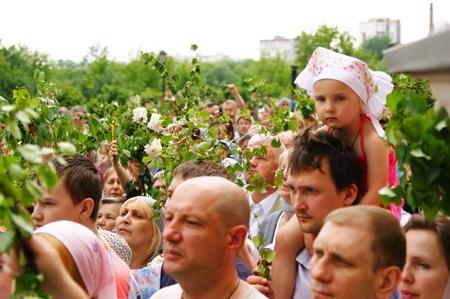 pfingsten: Russland, Moskau - 23. Mai: Orthodoxe Menschen feiern ein Pfingsten Religi�se Prozession zu Ehren des Feiertages eine Trinity Mai 23, 2010 in Moskau, Russland Editorial