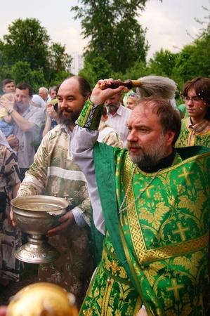pfingsten: RUSSIA, MOSCOW - Mai 23: Orthodoxe Menschen feiern ein Pfingsten Religi�se Prozession zu Ehren des Feiertages der eine Dreifaltigkeit May 23, 2010 in Moskau, Russland