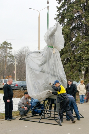 establish: 07_04_2012 Moscow, Russia  Workers establish a monument  Editorial