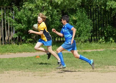 concurrencer: Moscou, - 04 juin : commandes Youthful participants concourir dans Open sup�riorit� de zone lianozovo sur le football Rugby sur JUNE04, 2011 � Moscou, Russie Editeur