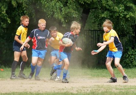 superiority: Mosc�, - 04 de junio: comandos juveniles los participantes compiten en abierto superioridad del �rea lianozovo en el f�tbol de Rugby en JUNE04, en 2011 en Mosc�, Rusia Editorial