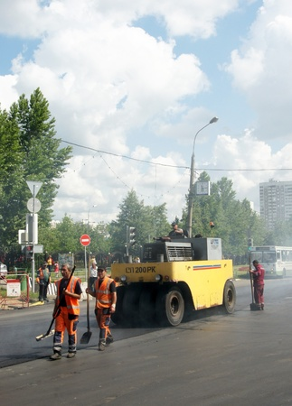 MOSCOW - JUNE 22: The brigade of visitors workers repairs road under the program of planned repair in area Marino on JUNE 22, 2011 In 2011 in Moscow will repair 23,5 million in sq.m. of roads Stock Photo - 10005911