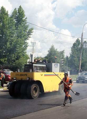 MOSCOW - JUNE 22: The brigade of visitors workers repairs road under the program of planned repair in area Marino on JUNE 22, 2011 In 2011 in Moscow will repair 23,5 million in sq.m. of roads Stock Photo - 10005913