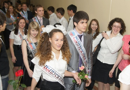 pre teen girls: Pupils rejoice to leaving school at the bottom of leaving school in Moscow