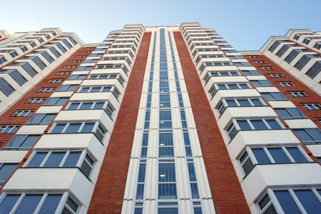 low angle views: Fachada de una nueva casa de muchos pisos, apartamentos Editorial