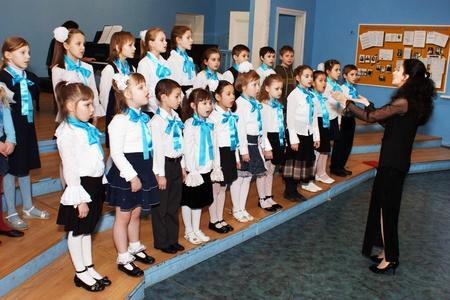 합창단: 소녀의 합창은 모스크바 지역 Butyrsky에서 음악 학교에서 음악 대회에 참여