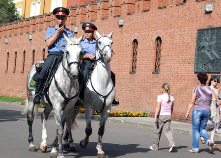 femme policier: Cheval dans la milice Aleksandrovski jardin près du Kremlin à Moscou