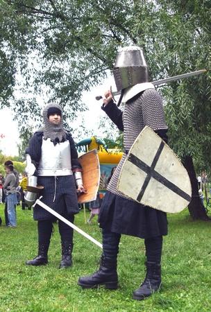 Mosc� - 4 de septiembre: Soldados medievales compiten en batalla en la reconstrucci�n de la lucha en una fiesta dedicada a la ciudad d�a 04 de septiembre de 2011 en Mosc�, Rusia. Foto de archivo - 10559210