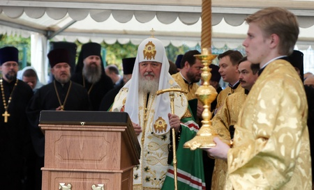 MOSCOW - OCTOBER 4: Patriarch Cyril participate in a bookmark of a stone of the modular temple in southeast district on October4, 2011 in Moscow
