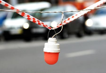 Protéger la route et sur bande du signal rouge Banque d'images - 10938438