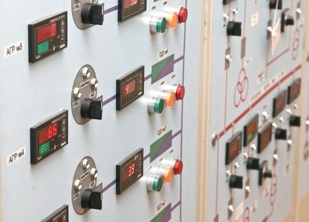 Technische controle paneel met elektrische apparaten Redactioneel