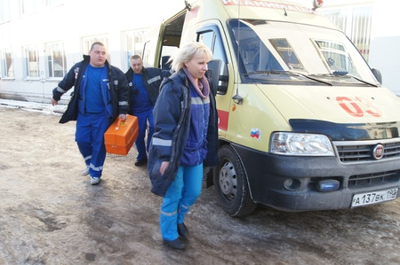 24 01 2012 Moscow Doctors in a dark blue uniform leave an ambulance car Stock Photo - 12142841