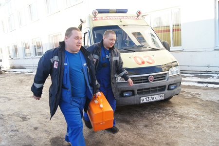 24 01 2012 Moscow Doctors in a dark blue uniform leave an ambulance car Stock Photo - 12142842