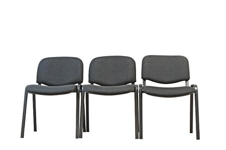 Rode bureau stoel onder zwarte stoelen geïsoleerd op witte