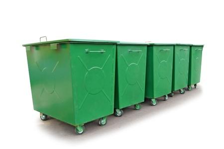 recycle bin: Green contenedores metálicos de basura, aislados en el blanco Foto de archivo