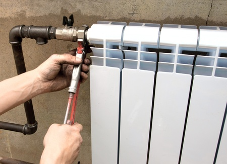 radiador: foto real de la instalación de un radiador Foto de archivo