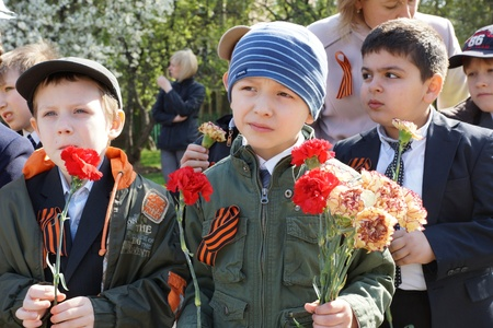 MOSCOW - MAY 5: School students congratulating the veterans of World War II at the celebration of Victory Day on May 5, 2012 in Moscow, Russia