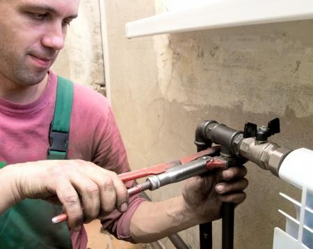 heizk�rper: echte Fotos von der Installation eines Heizk�rpers