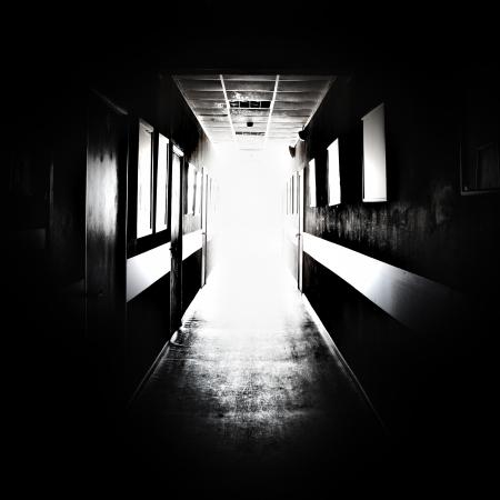oscuro: Corredor negro con una luz brillante al final