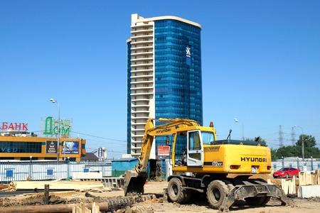 waterleiding: 28 08 2012 Reconstructie van de Dmitrovsky snelweg. Werkt op een pijpleiding beurt uit het noorden van waterleidingbedrijf worden uitgevoerd.