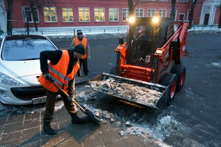plows: 09.12.2012 Moscow. Snow cleaning in the evening. Editorial