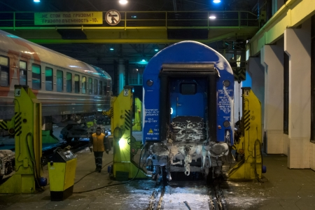 maquinaria pesada: 13.01.2013 Brest, Bielorrusia. Reemplazo de las parejas de ruedas de vagones de ferrocarril en la frontera con Polonia.