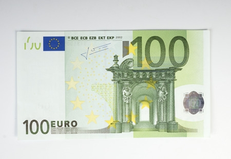 白い背景の上の百ユーロ