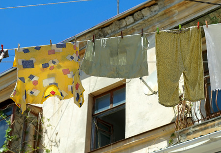ropa colgada: Ropa de cama en la cuerda de cerca. Foto de archivo