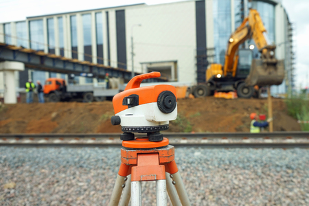 teodolito: Orange theodolite, geodetic device in real conditions on the construction site. Foto de archivo