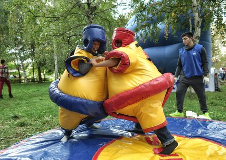 MOSCA, RUSSIA - 6 settembre 2014: Ragazzi in abiti di sumo stanno lottando. Celebrazioni della Giornata della città a Mosca.